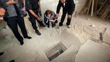 Arelay Gomez revisando la salida del túnel. Foto: Cuartoscuro