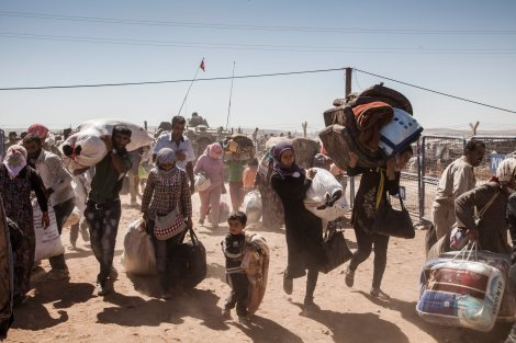 Syrian Kurdish refugees cross into Turkey from Syria near the town of Kobani. UNHCR / I. Prickett